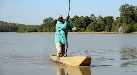 Shrinking lake in Mali spells end of line for family of fishermen